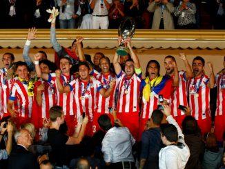 Gabi, capitán del Atlético de Madrid, levanta el trofeo de la UEFA Supercup 2012