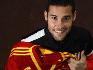 Mario Suárez posa con la camiseta de la selección española tras haber conocido la llamada del seleccionador, Vicente del Bosque