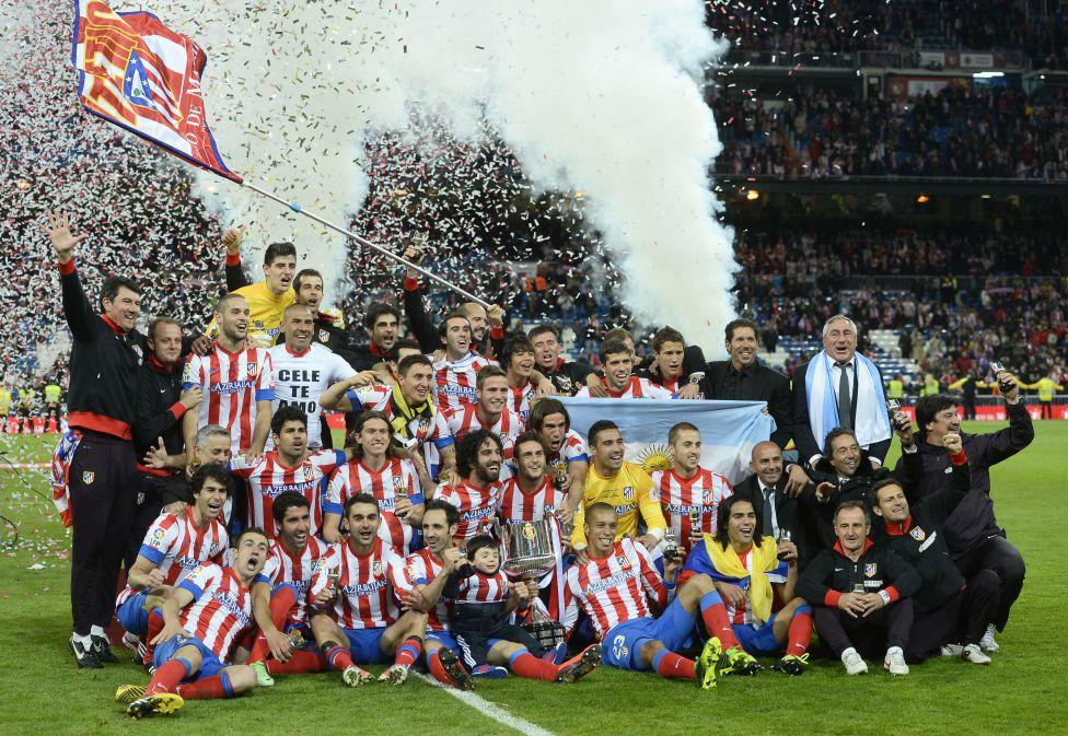 Los jugadores del Atlético de Madrid celebran el título con la Copa del Rey sobre el césped del Santiago Bernabéu
