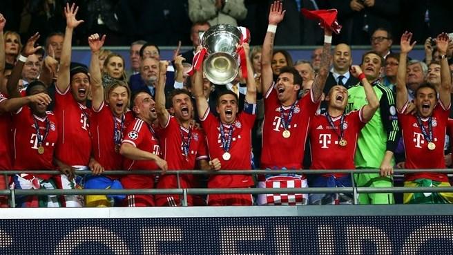 Los jugadores del Bayern, con Lahm a la cabeza, levantan la Champions conseguida en Wembley