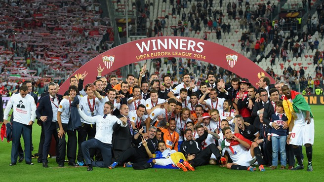Los jugadores del Sevilla celebran la Europa League conquistada en el Juventus Stadium de Turín